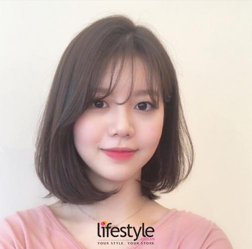 Kiểu tóc ngang vai mặt tròn kết hợp mái thưa tạo sự trẻ trung, nữ tính